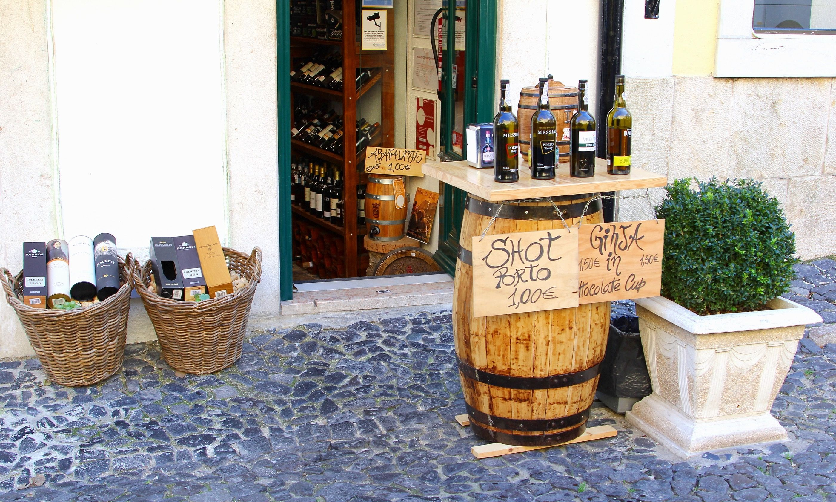 Wine shop in Lisbon (Dreamstime)