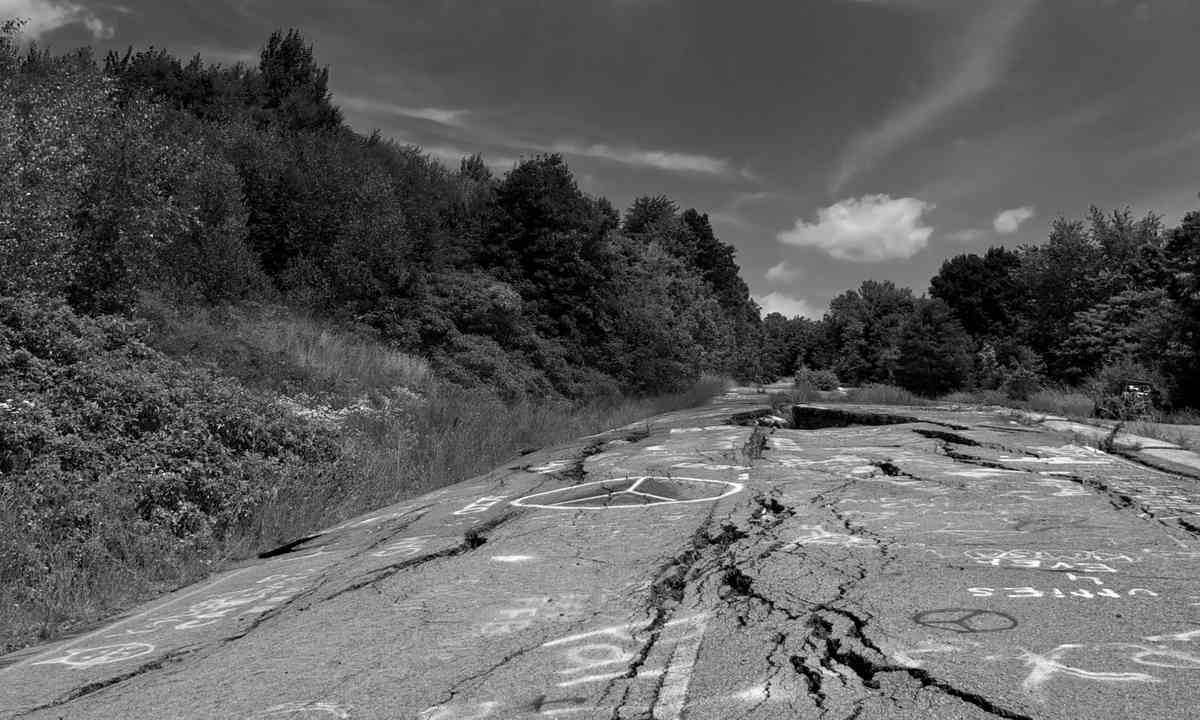 Cracked highway, Centralia (Shutterstock)