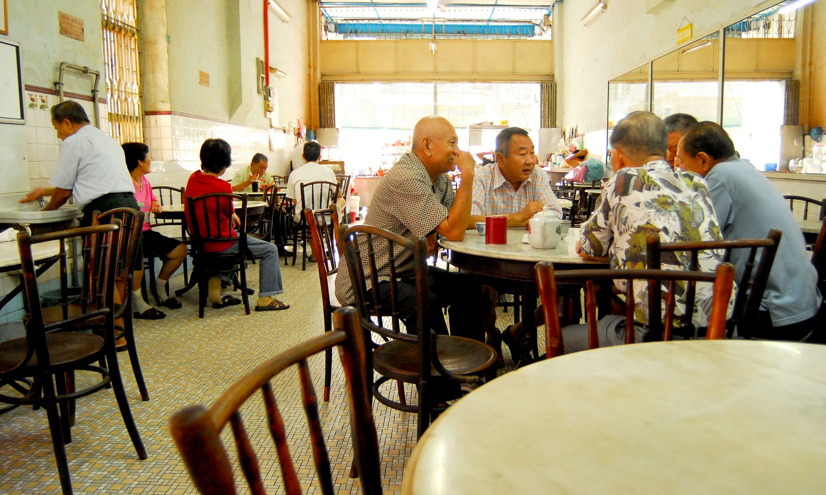 Typical Chinese coffee shop in Ipoh (Dreamstime)