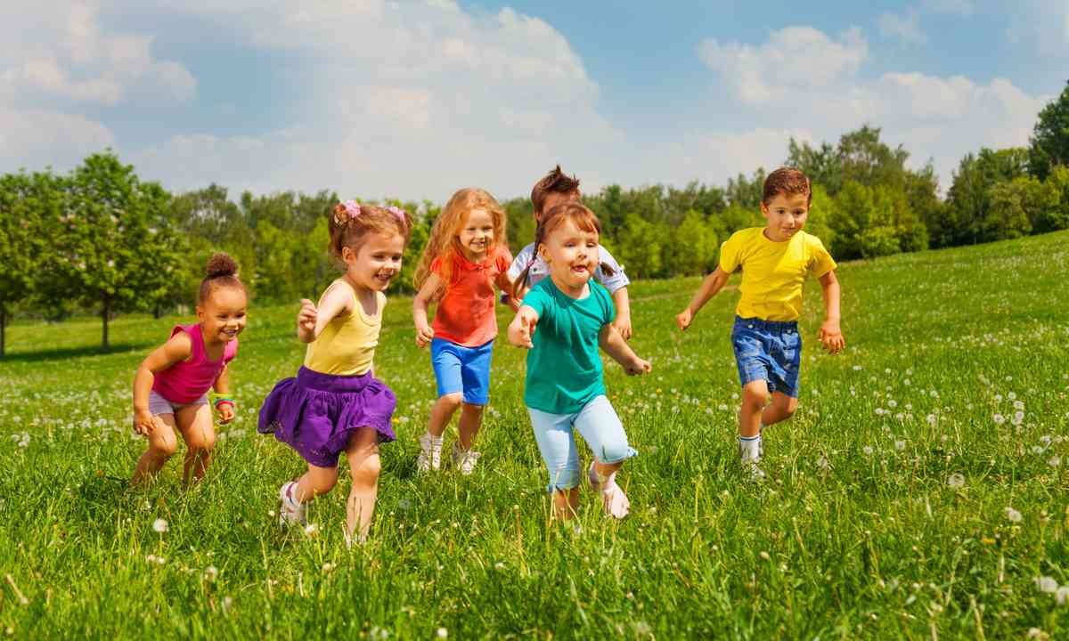 Kids playing in field during summer (Dreamstime)