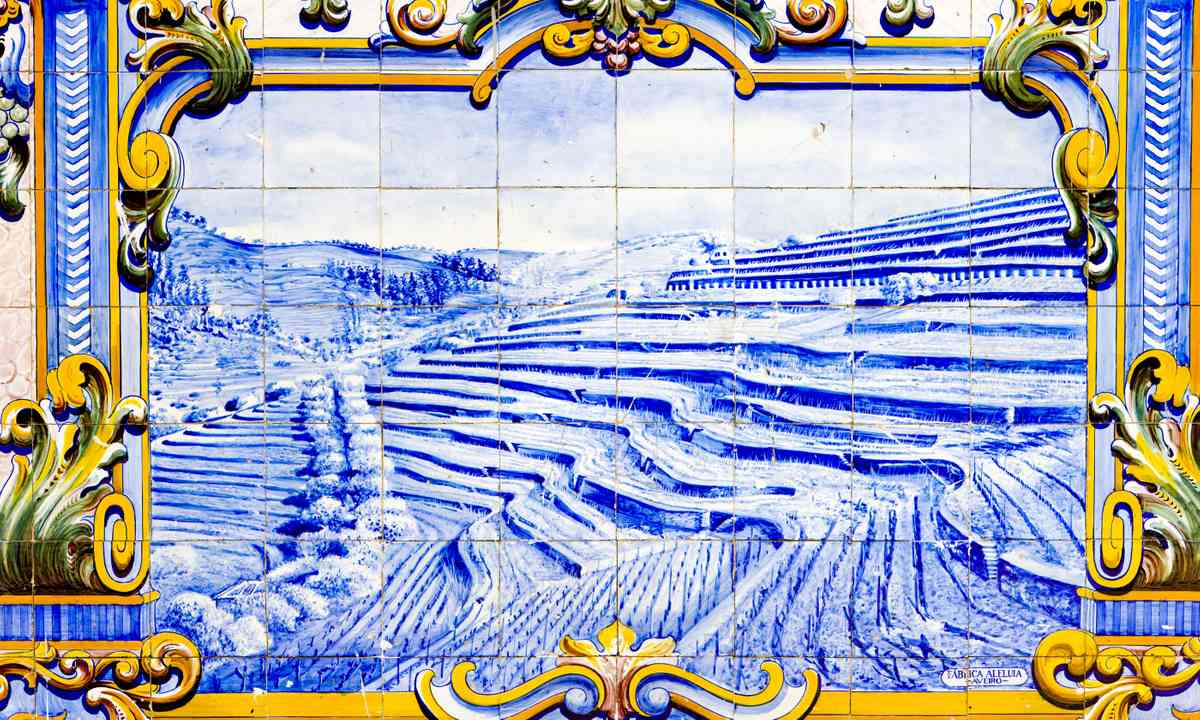 Tile featuring the Douro Valley (Shutterstock.com)