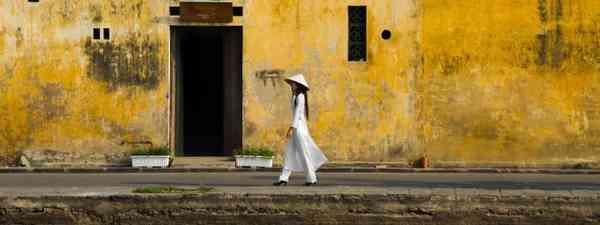 Woman walking along canal (Réhahn)