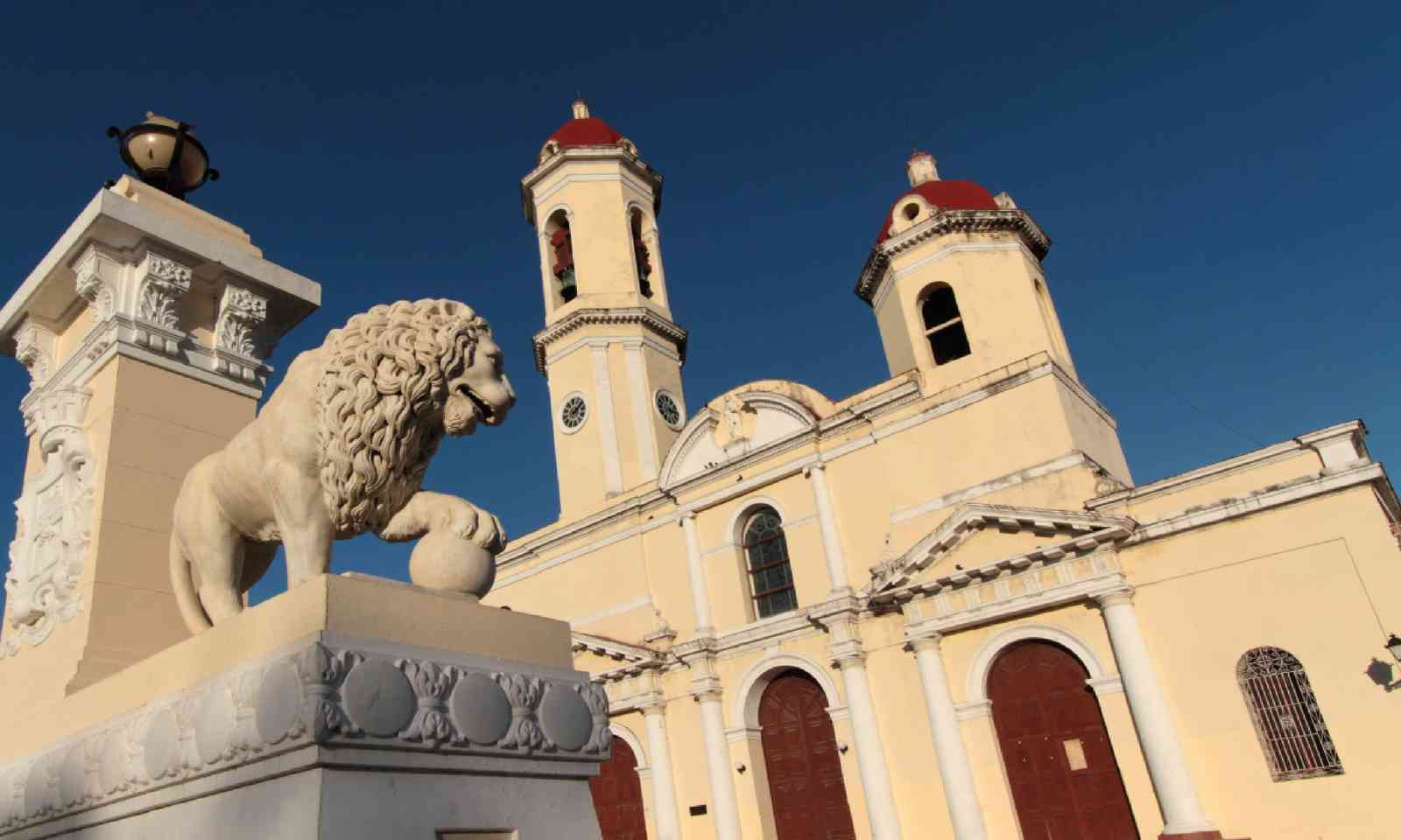 Lion and Church of Cienfuegos (Shutterstock)