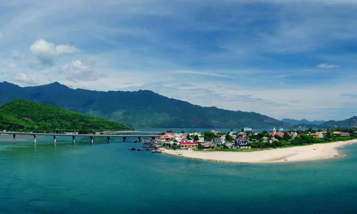 Lang Co Beach (Shutterstock)