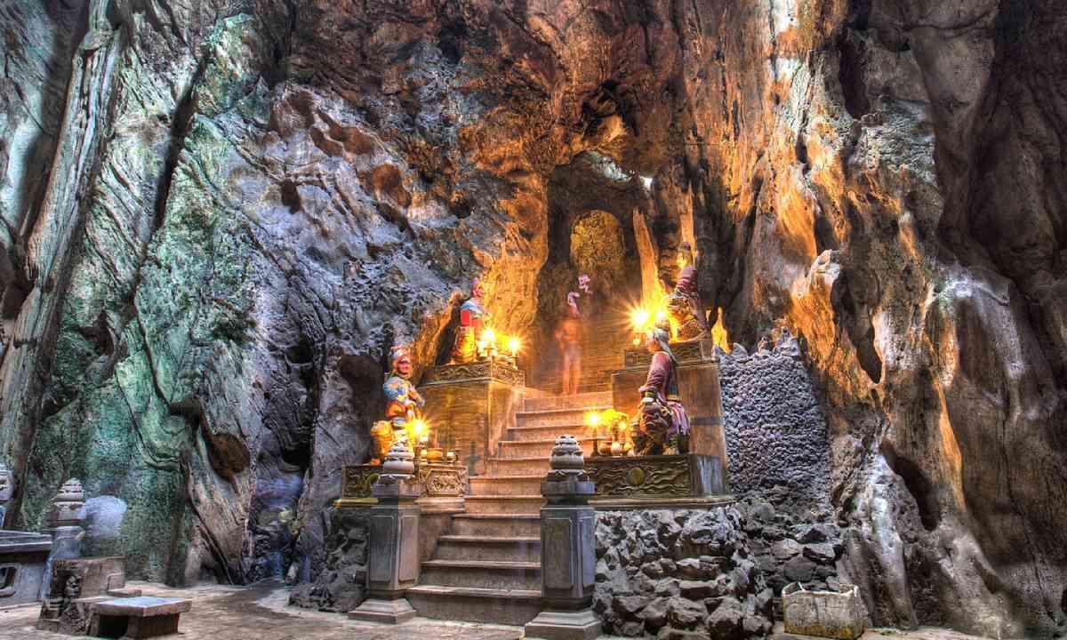 Buddhist pagoda in Huyen Khong cave (Shutterstock)