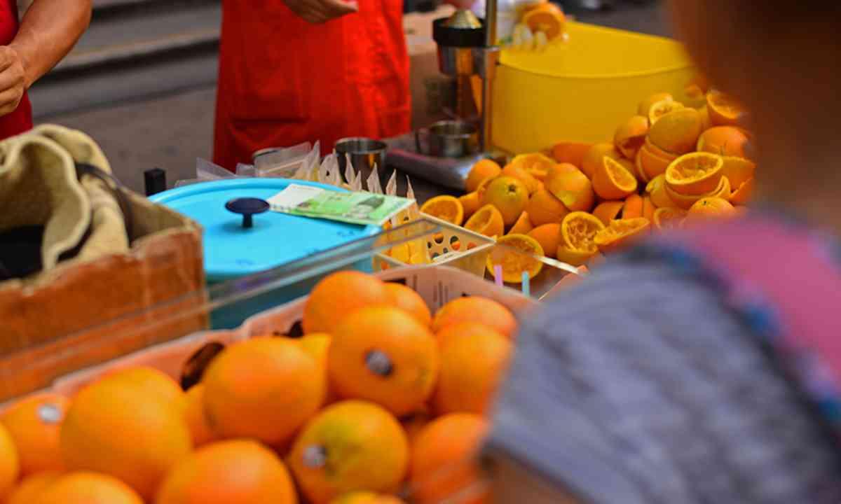 Oranges await juicing (Mari Bankova)