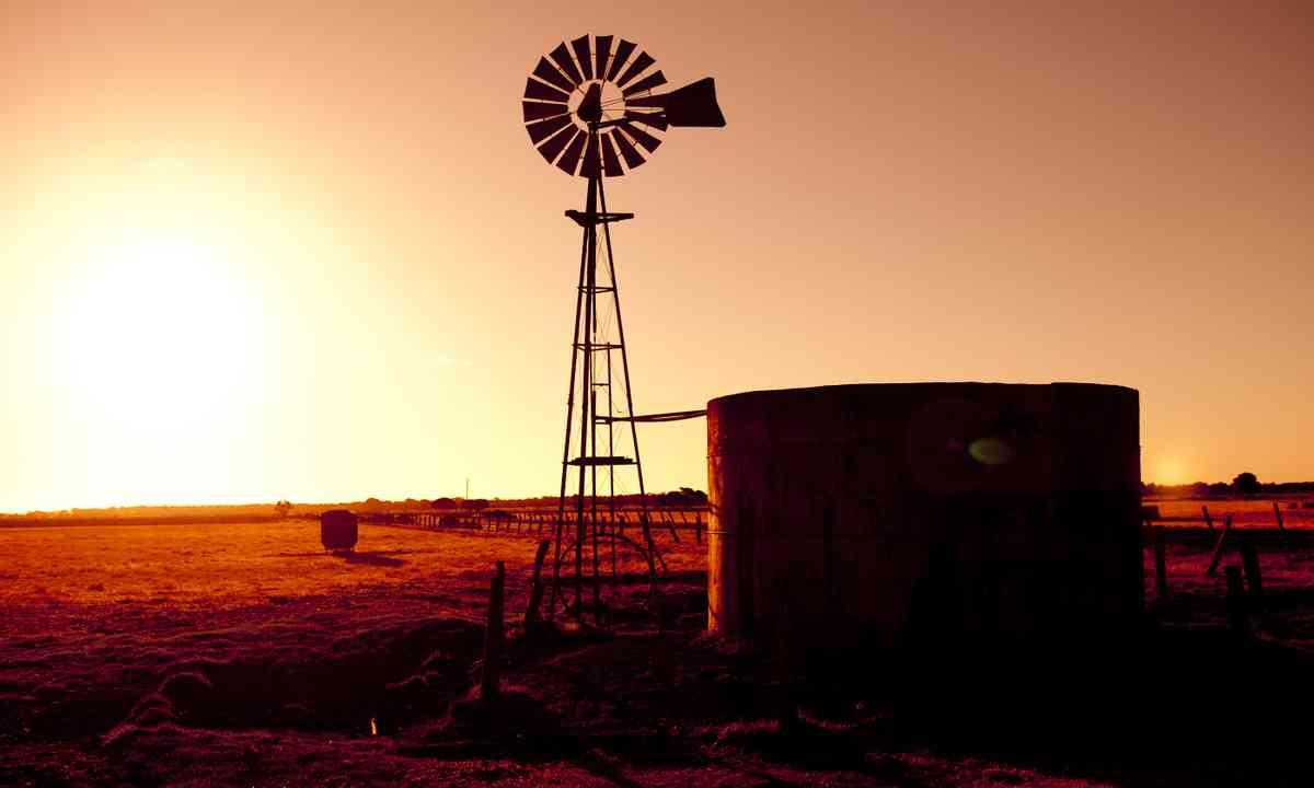 Outback sunset (Shutterstock.com)