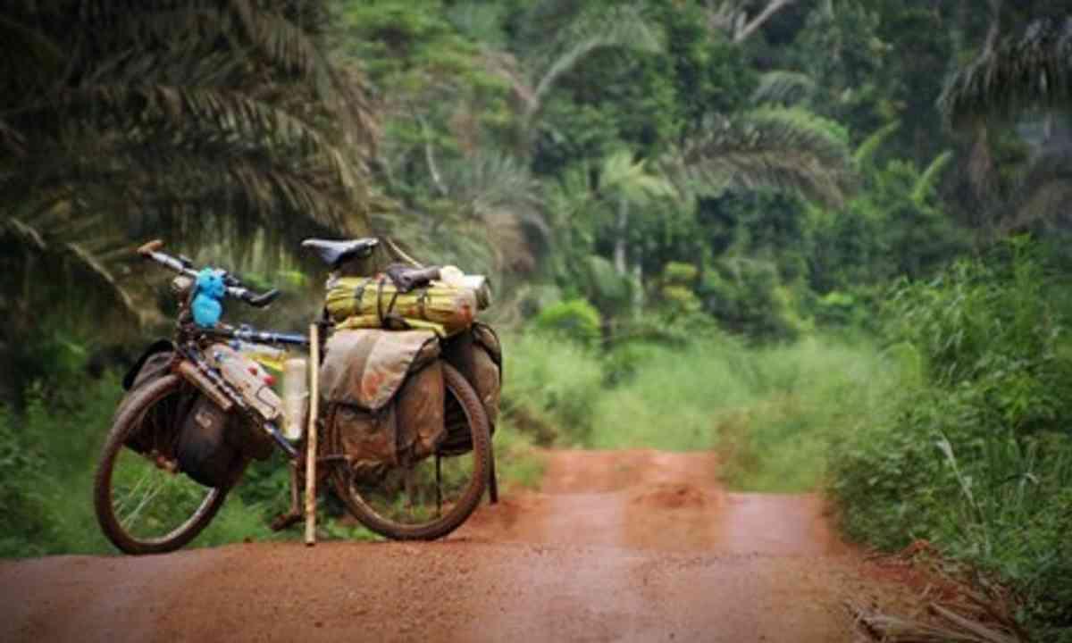 Muddy roads in the DRC (Charlie Walker)