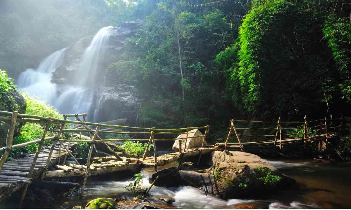 waterfall in Chang Mai do Inthanon (Shutterstock.com)