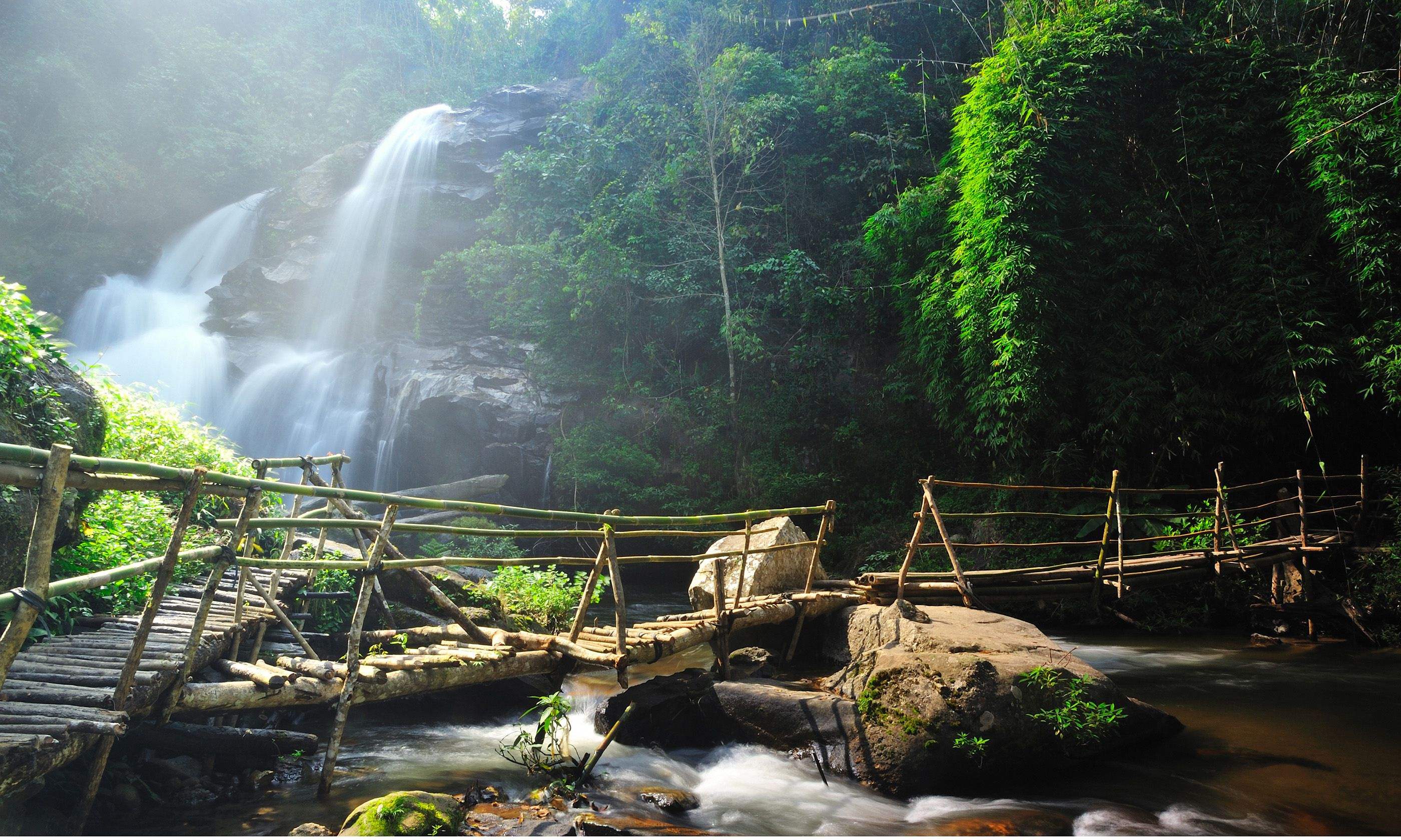 waterfall in Chang Mai do Inthanon (Shutterstock.com)