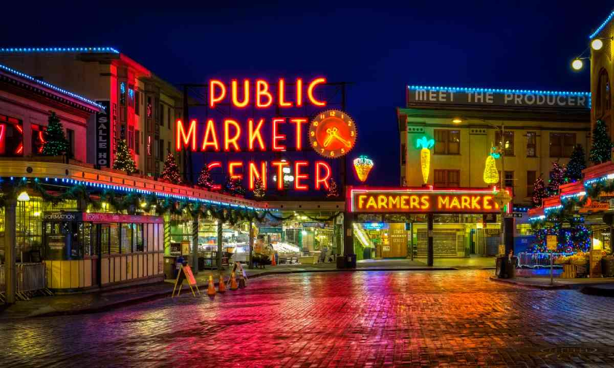 Pike Market at night (Shutterstock)