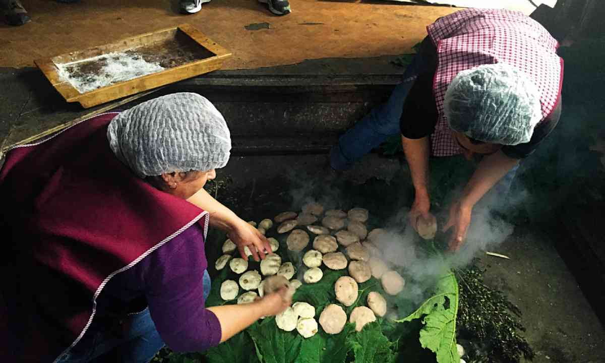 Cooking a curanto (Lyn Hughes)