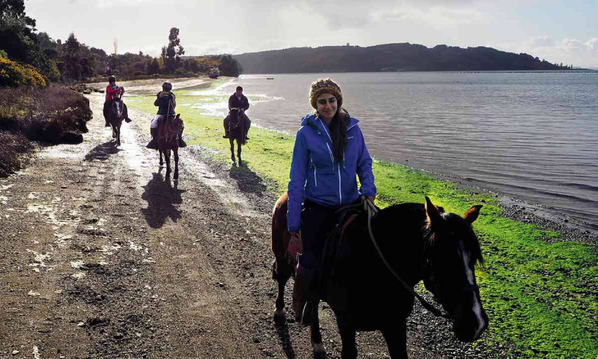 Riding along Chiloé's coast (Simon Hayes/Tierra Chiloé)