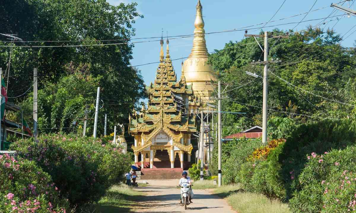 Dusty road to pagoda, Kyaing Tug (Shutterstock.com)