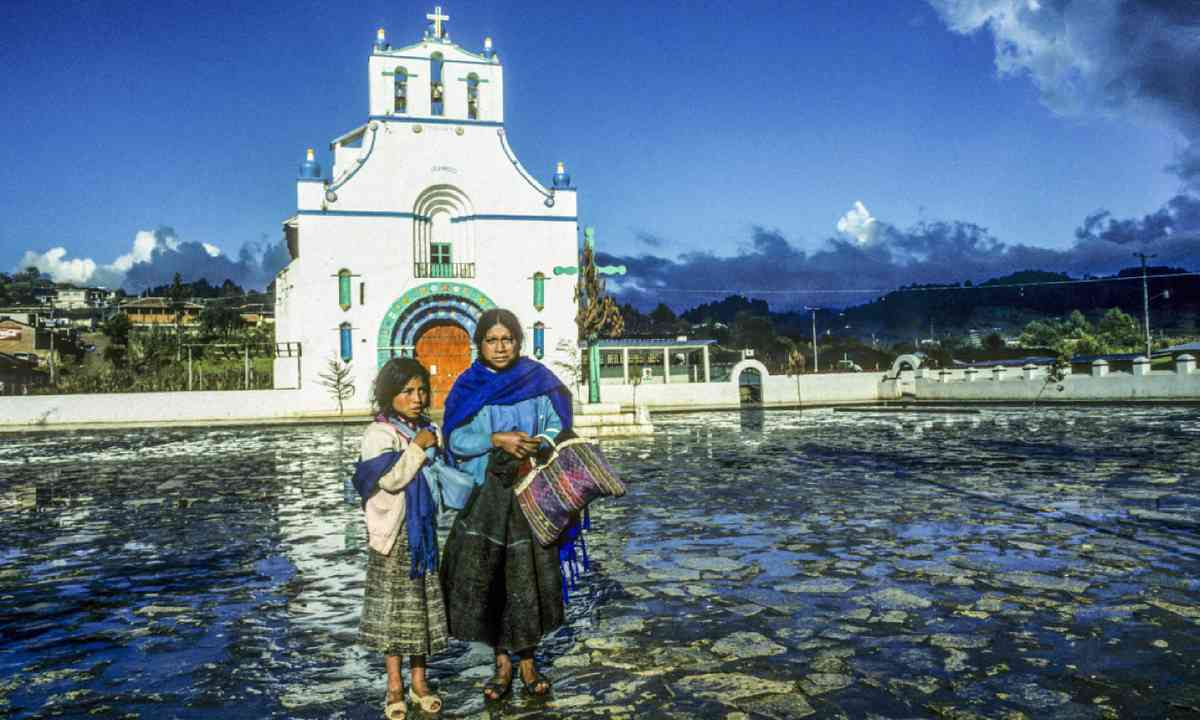 Mother and child in San Juan Chamula (Shutterstock)