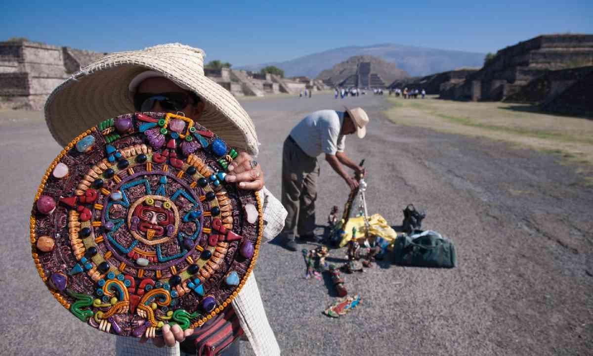Souvenir sellers at Teotihuacan (Shutterstock)