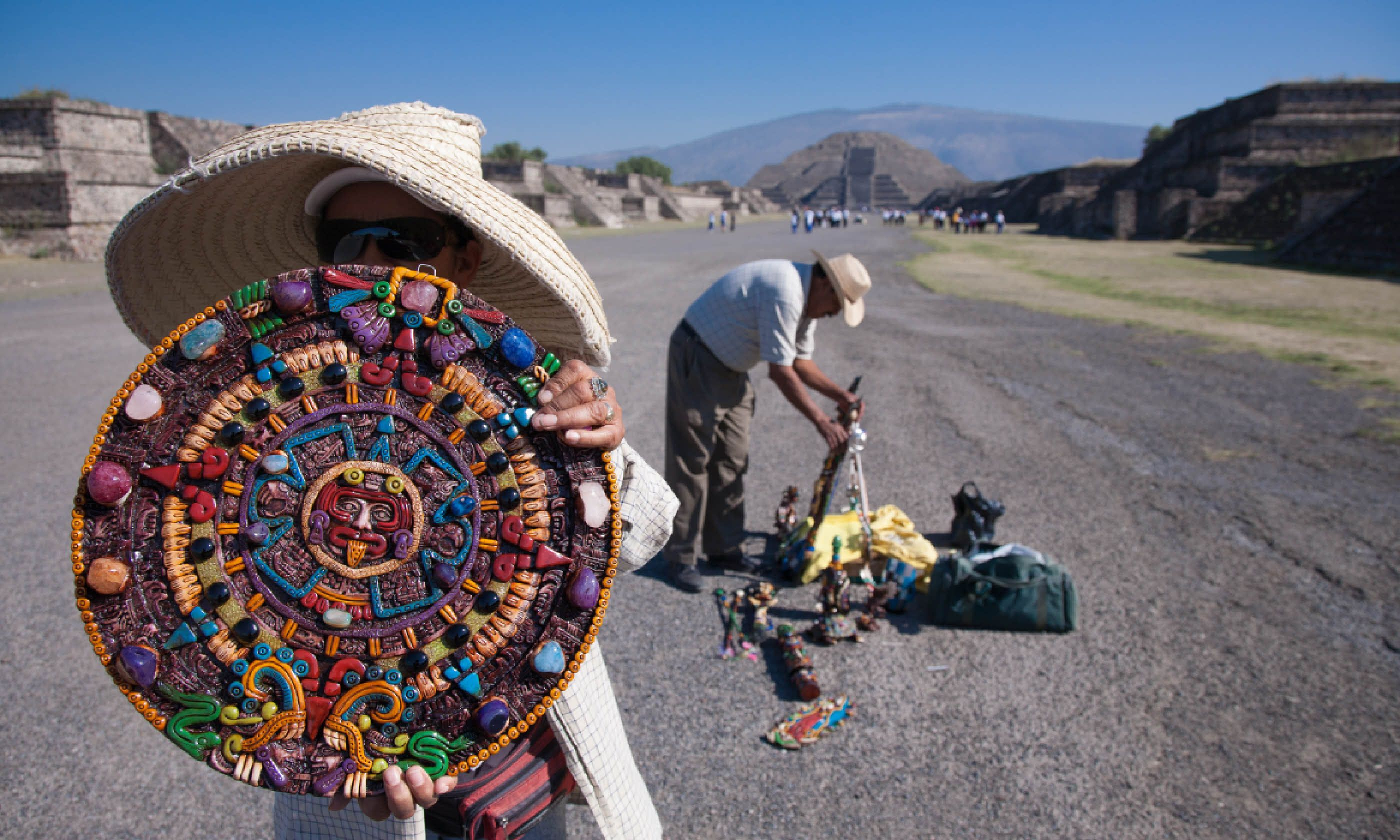 Souvenir sellers at Teotihuacan (Shutterstock)