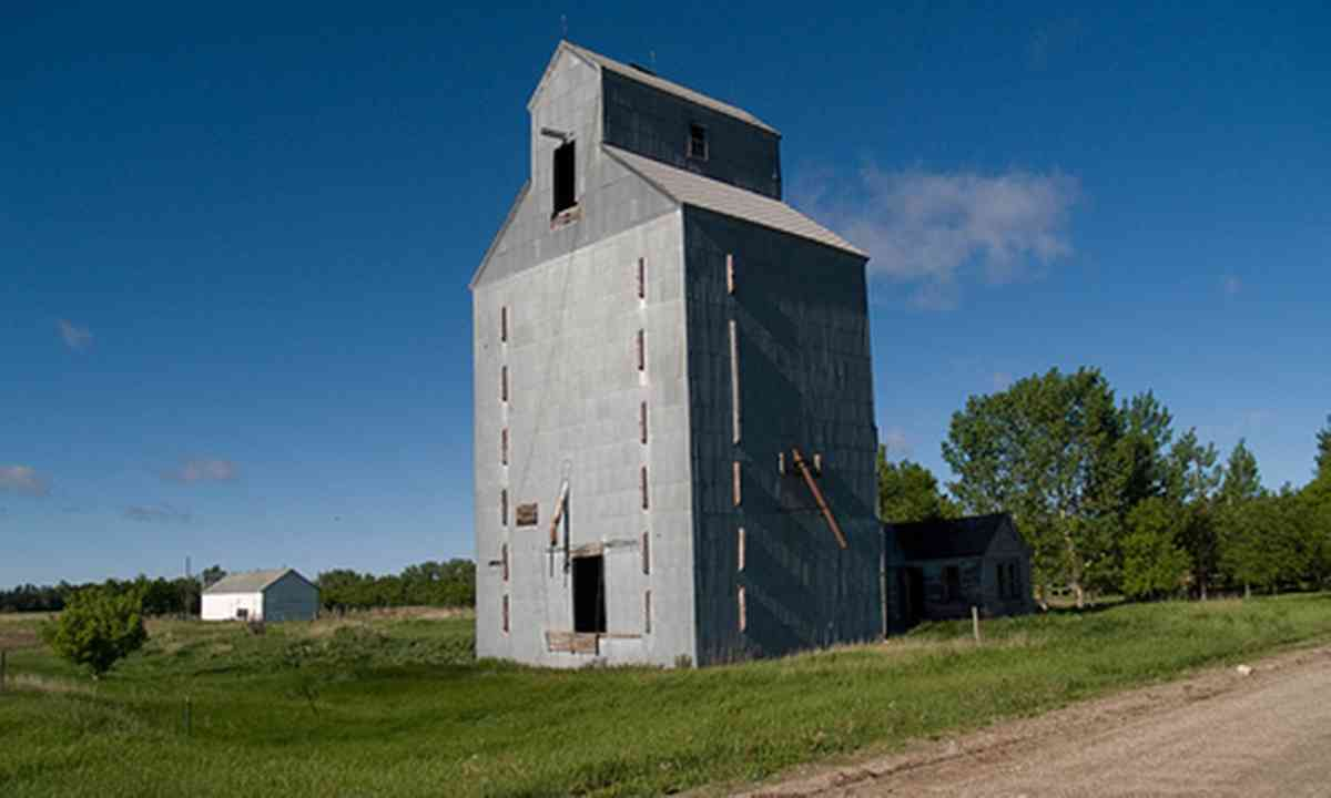 Abandoned grain elevator (Creative Commons, afiler - flickr)