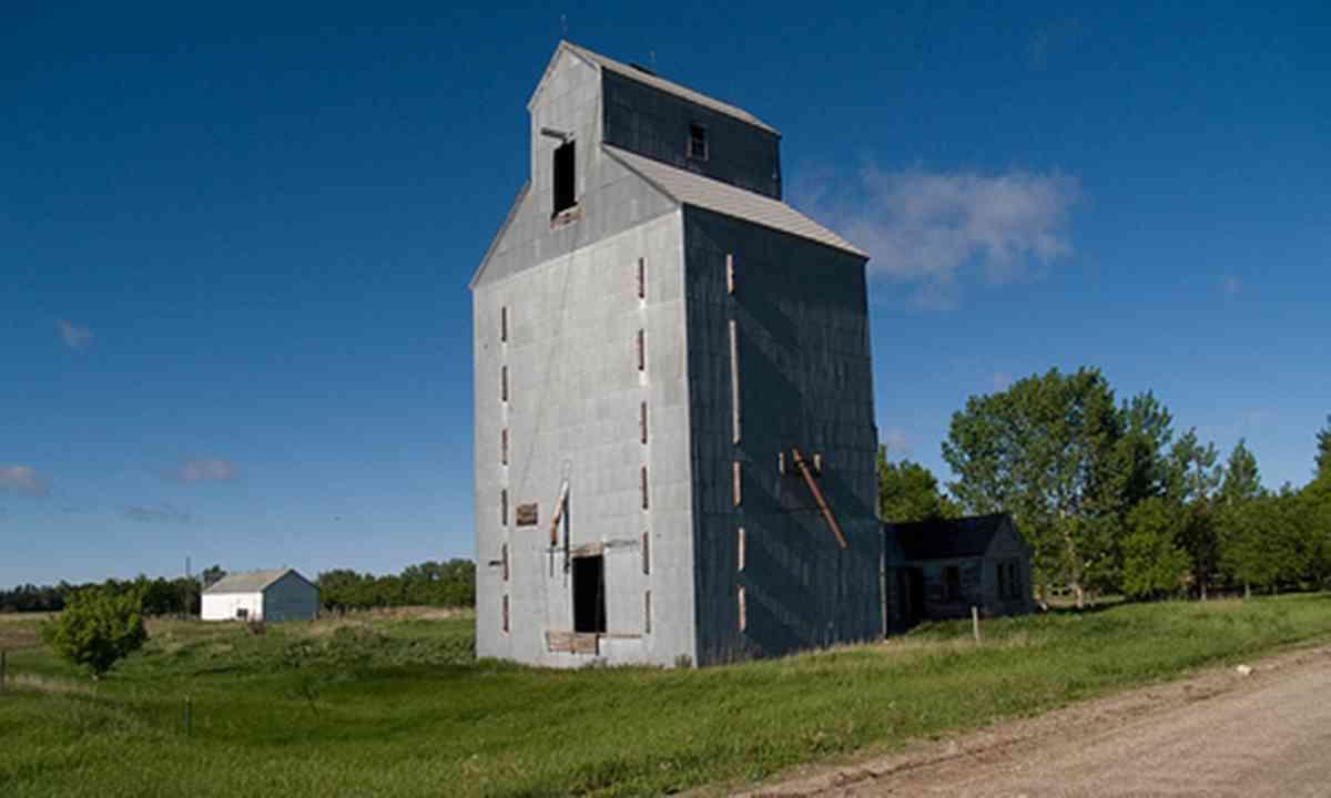 Abandoned grain elevator (Creative Commons, afiler - flickr)