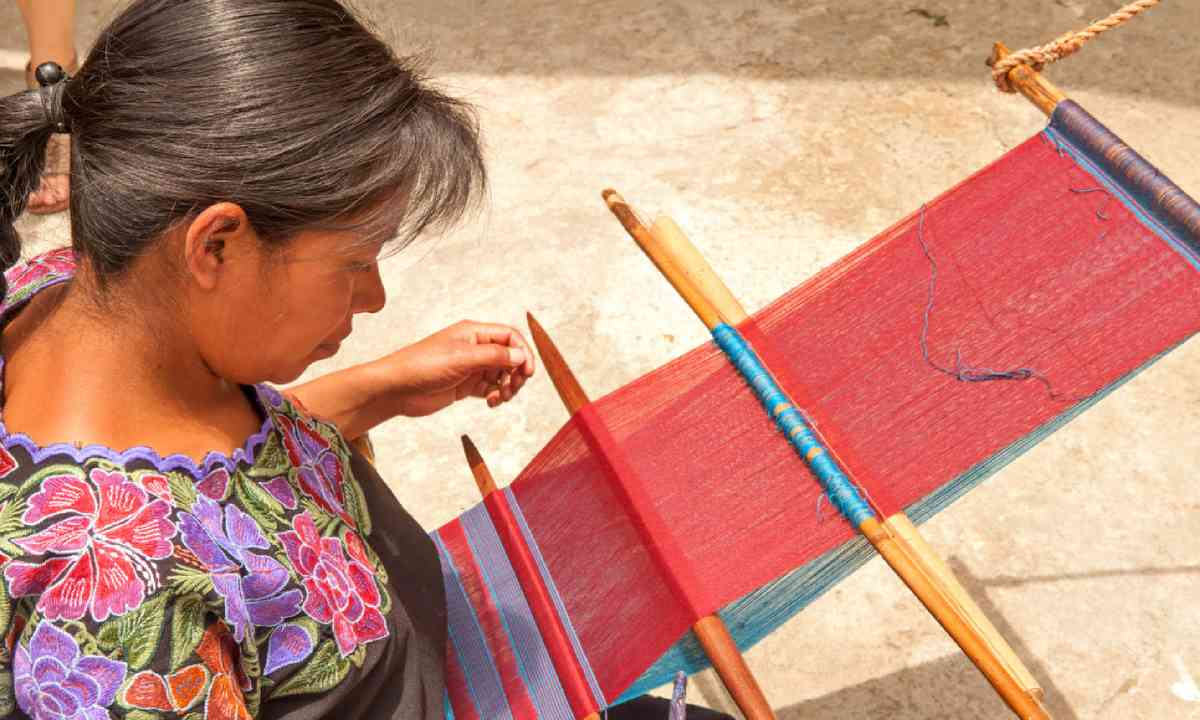 Traditional weaving in Zinacantan, Mexico (Shutterstock)
