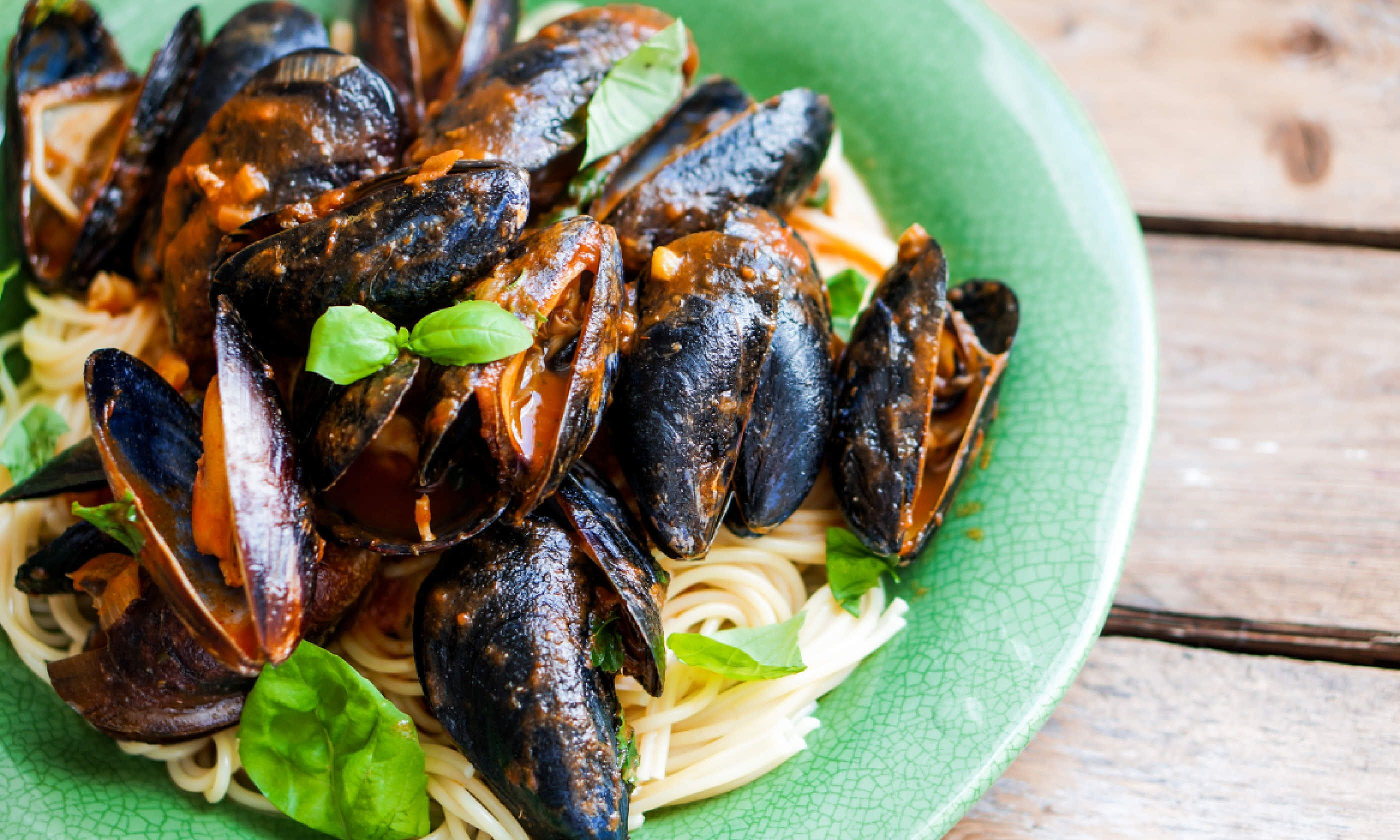 Pasta with mussels and basil (Shutterstock)