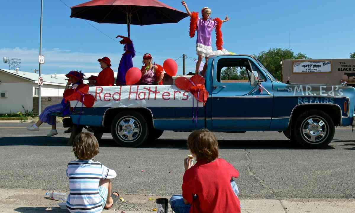 Kids watching parade in US (Melanie Gow)