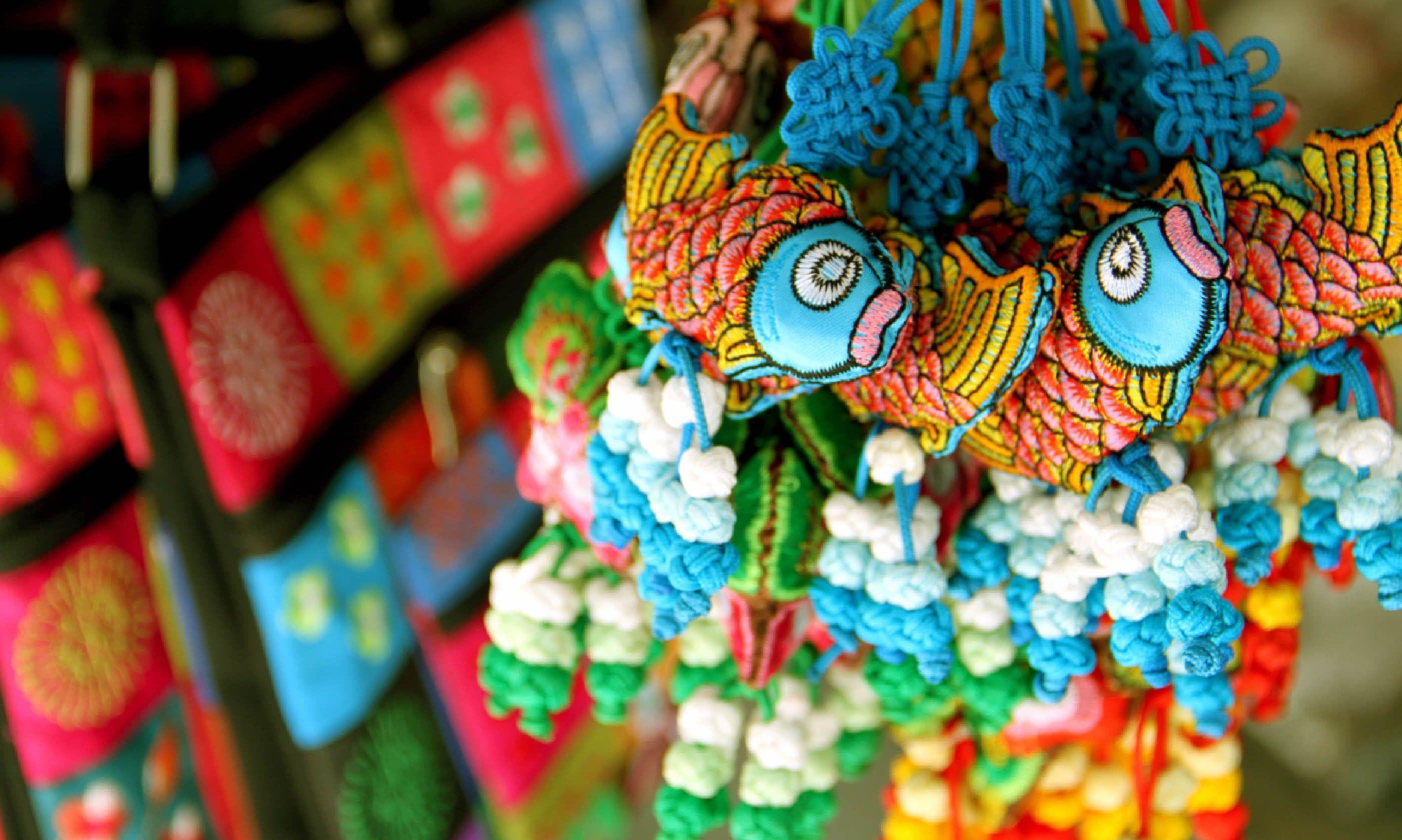 Souvenirs at market in Vietnam (Dreamstime)