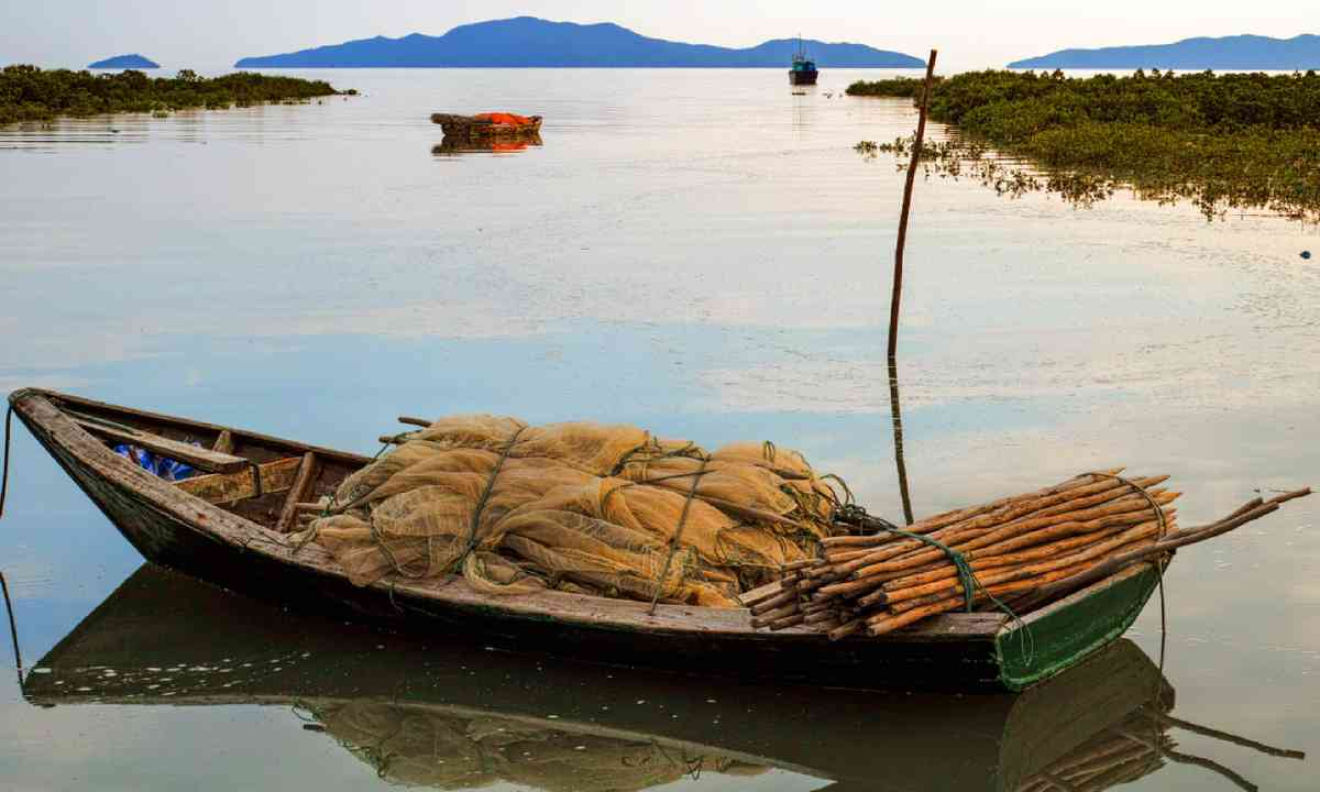Fishing boat in Bai Tu Long Bay (Shutterstock)