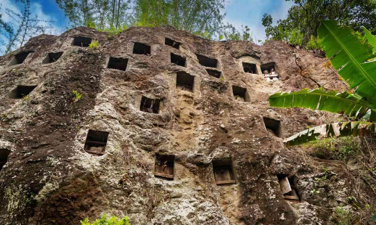 Cave graves in Tana Toraja (Dreamstime)