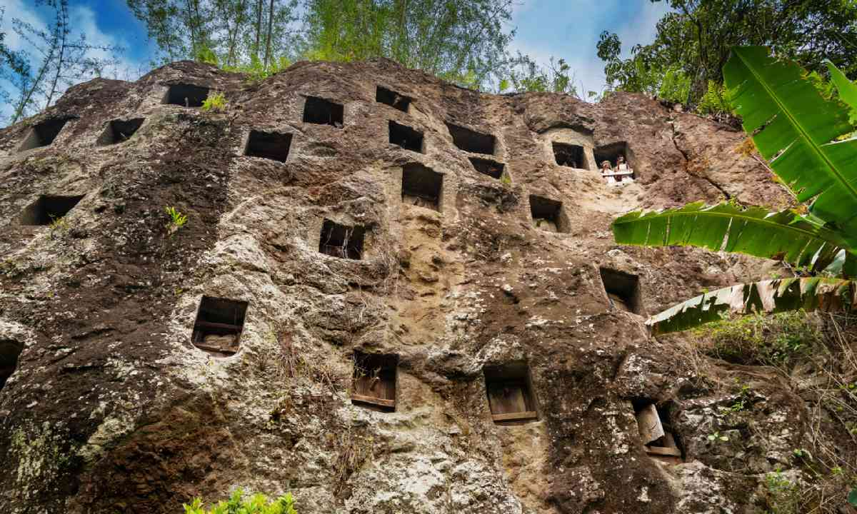 Cave graves in Tana Toraja (Dreamstime)