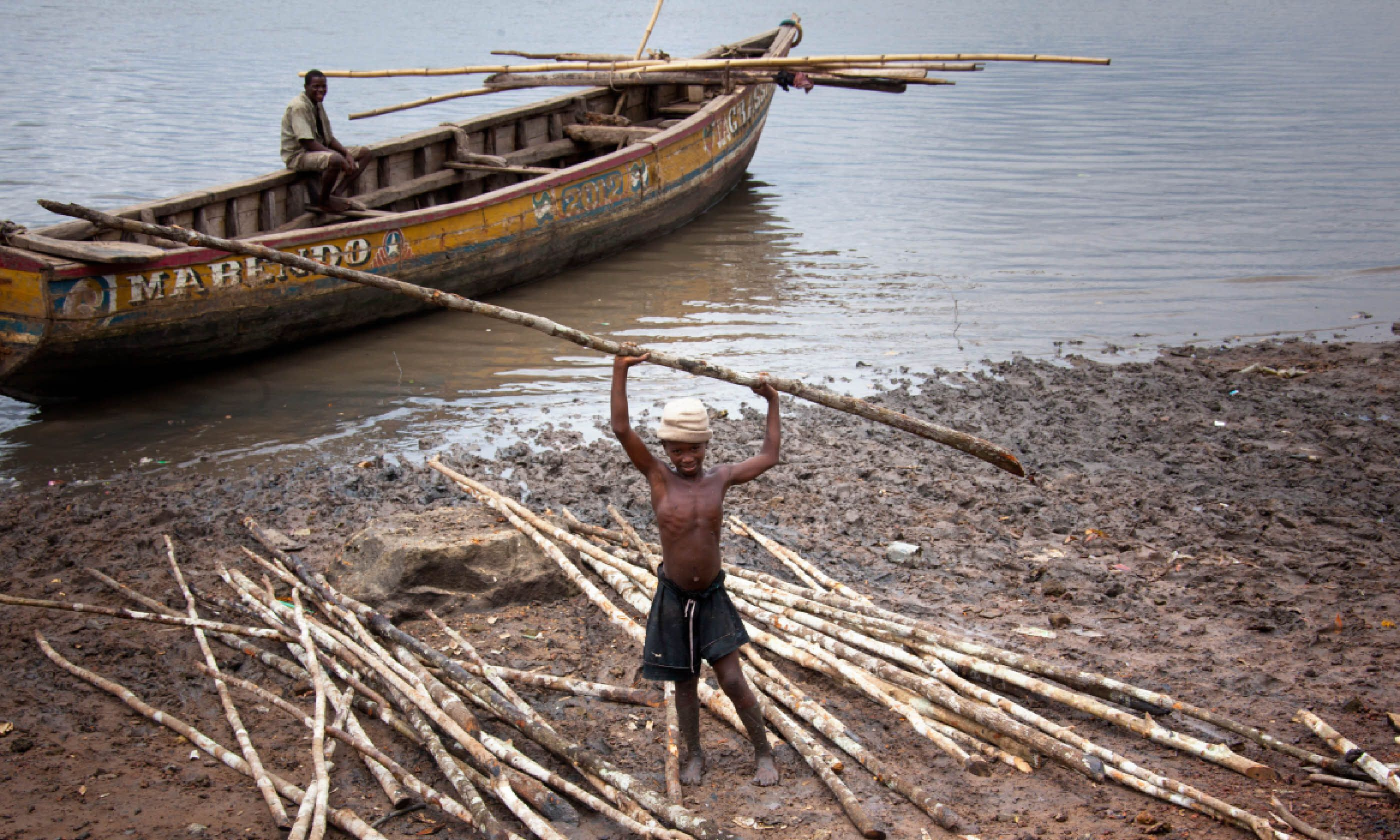 A child working on the beaches of the Bunce Island in Freetown Harbour (Shutterstock)