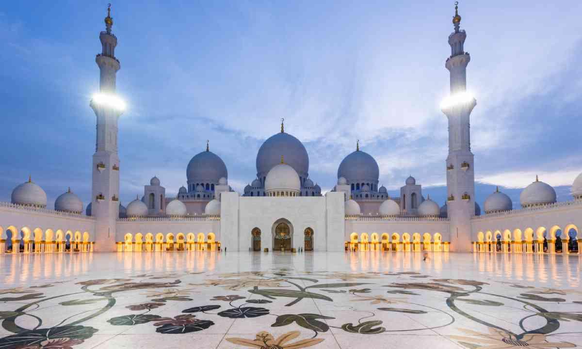 Sheikh Zayed Grand Mosque at dusk (Shutterstock)