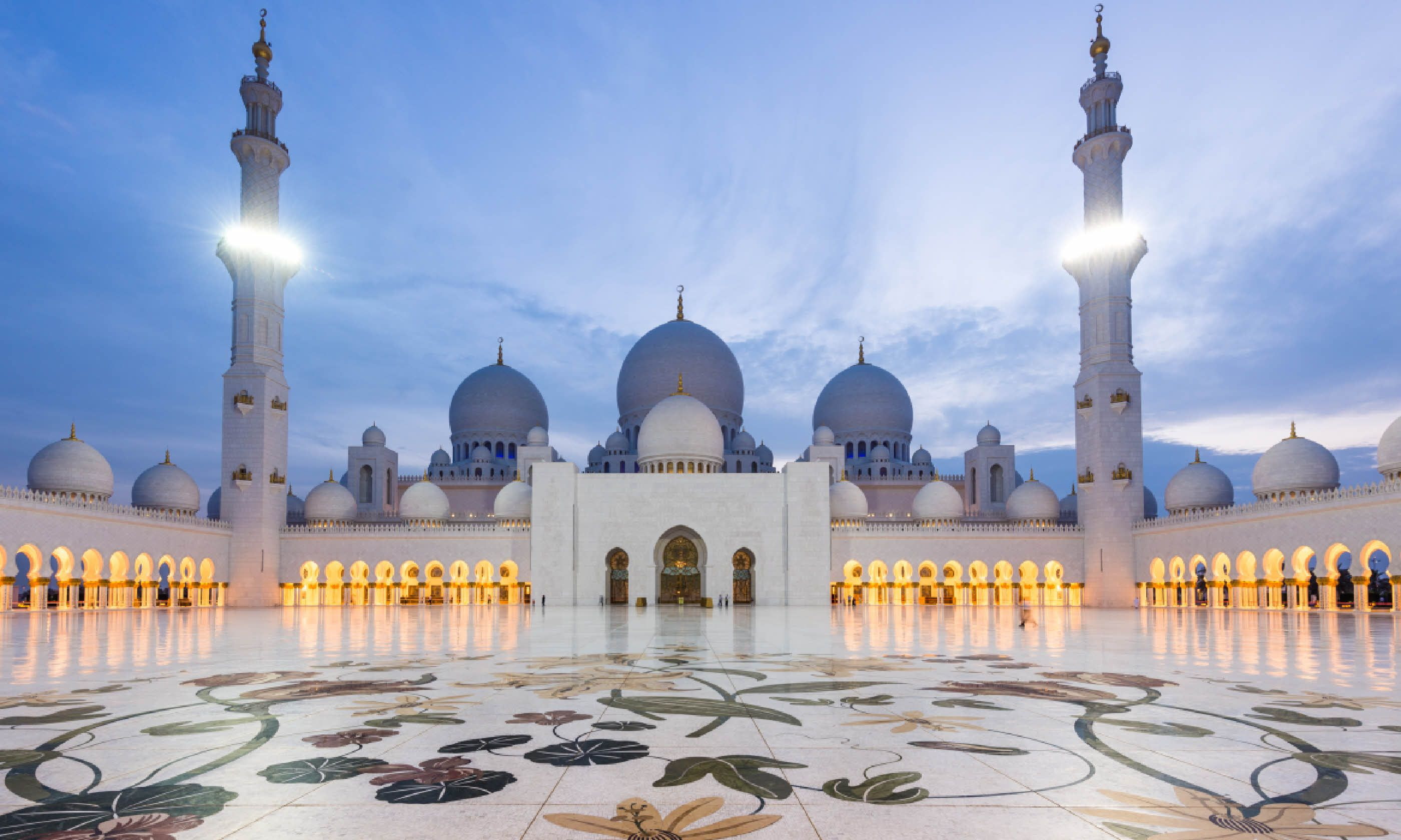 Sheikh Zayed Grand Mosque at dusk (Shutterstock)