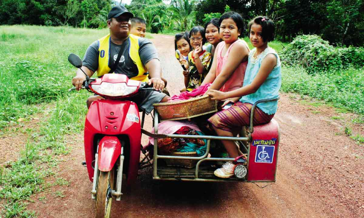 Locals driving through Thailand (Martin Symington)