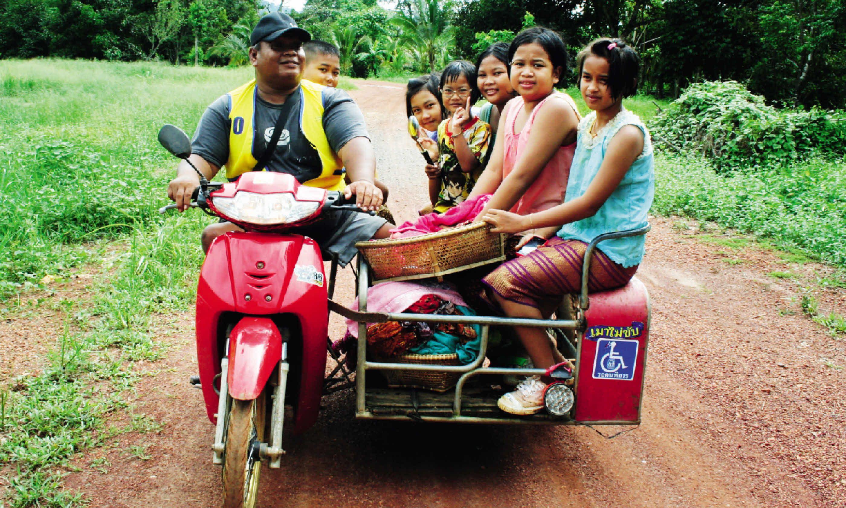 Locals driving through Thailand (Martin Symington)