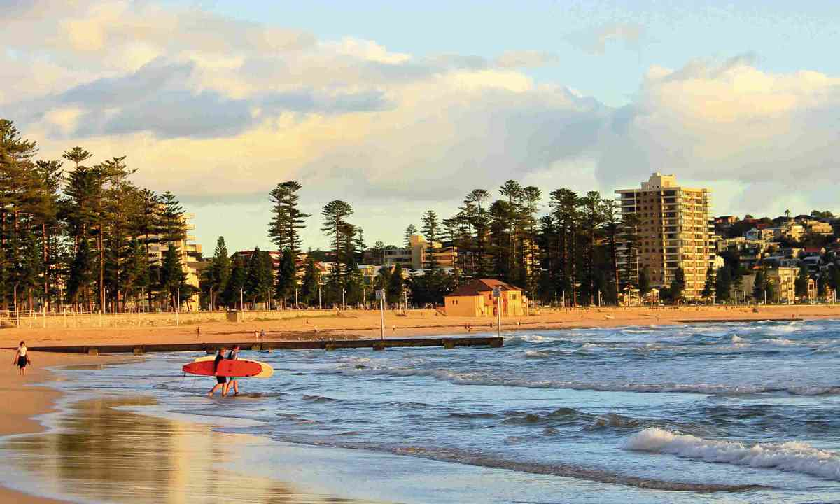 Surfers on beach in New South Wales (Dreamstime)