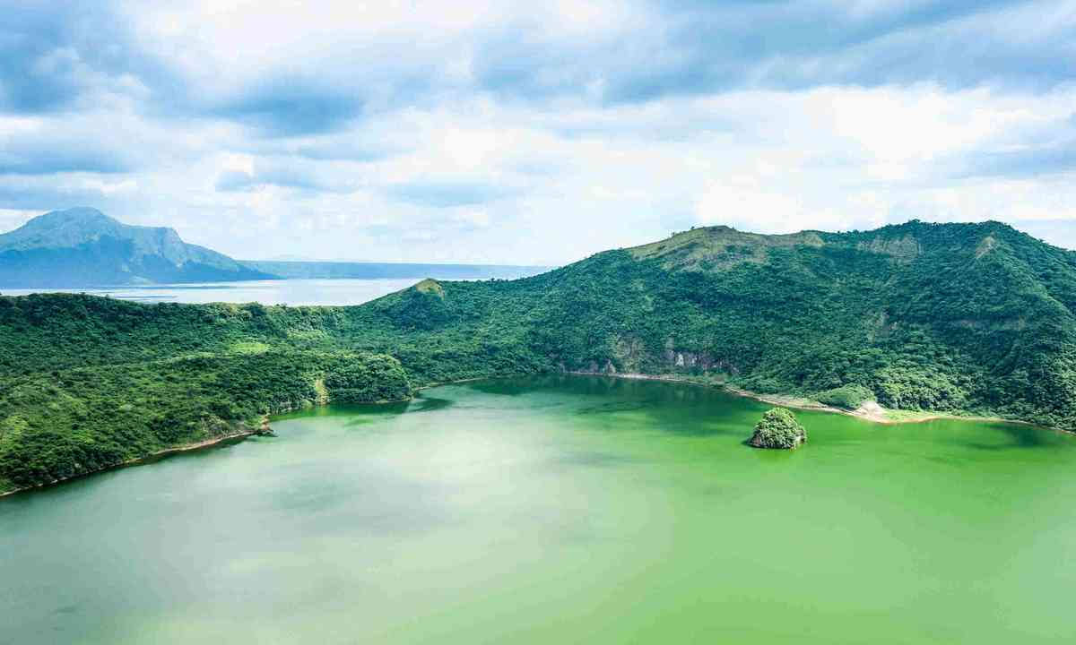 Lake crater at Taal volcano (Shutterstock)