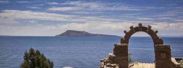 Arch above Lake Titicaca (Dreamstime)