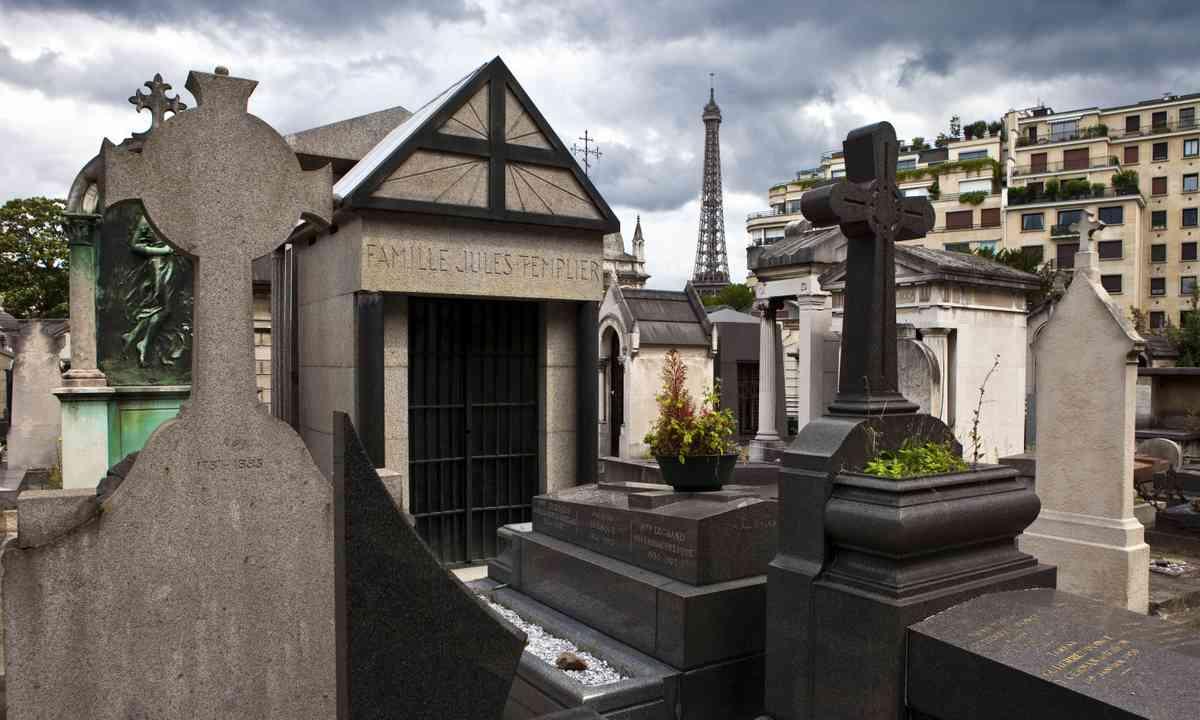 Passy Cemetery, Eiffel Tower (Shutterstock.com)