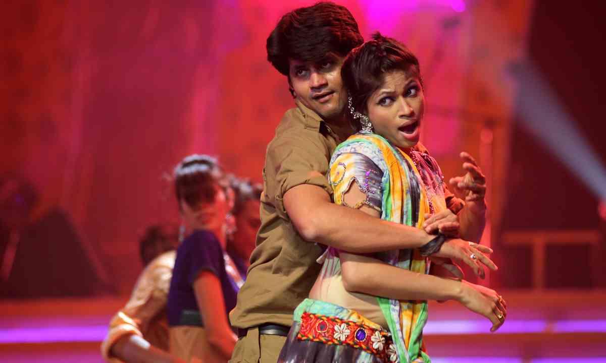 Indian dance troupe (Shutterstock.com)