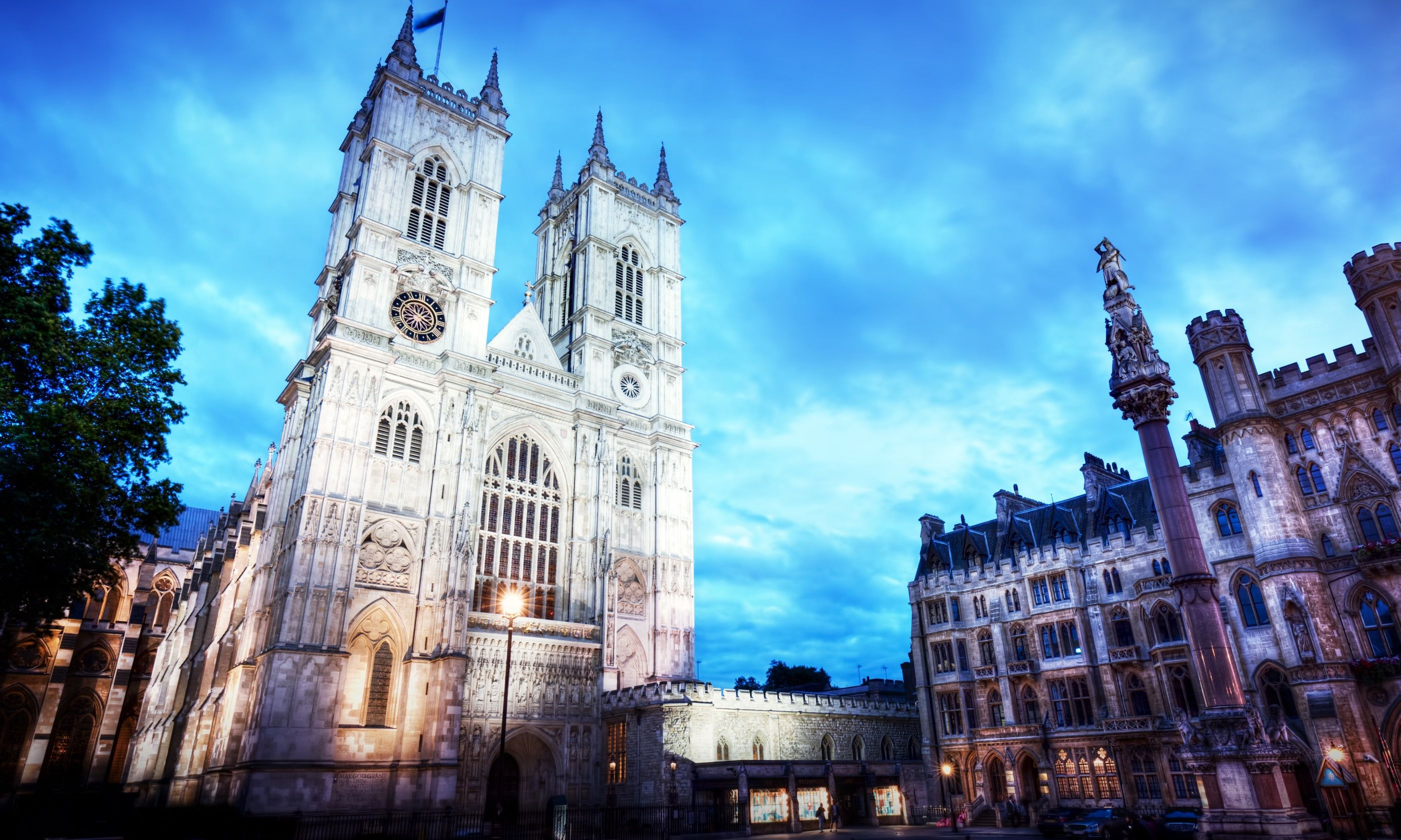 Westminster Abbey at night (Shutterstock.com)
