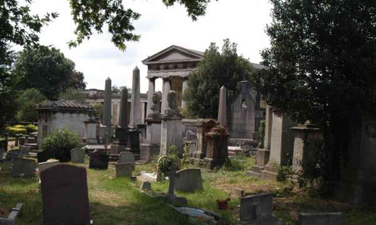 Monuments and chapel at Kensal Green Cemetery (Creative Commons: MattHucke)