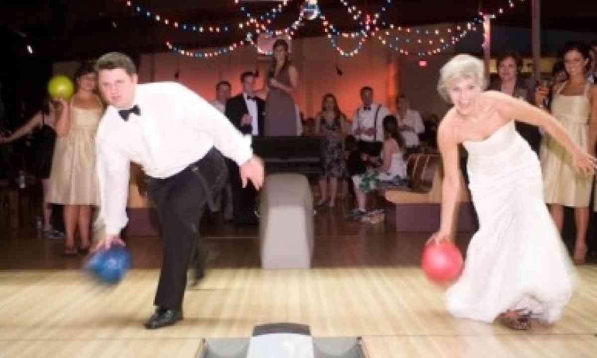 Newly weds bowling (www.rocknbowl.com)