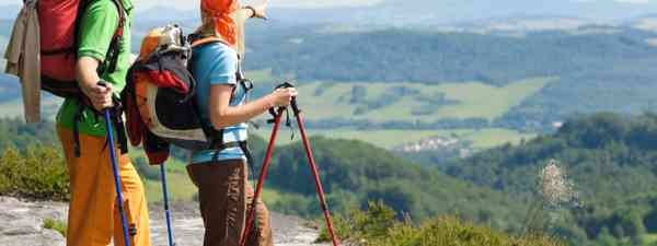 Young couple hiking in the countryside (Dreamstime)