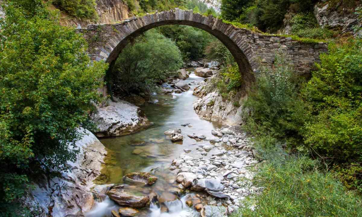 Romanesque bridge in Navarra hills (Shutterstock.com)