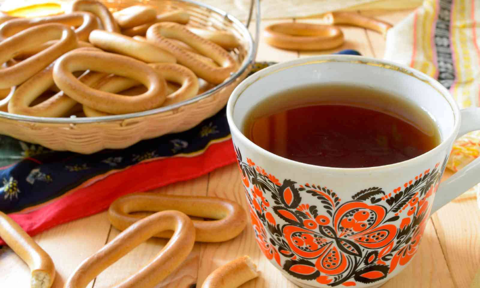 Traditional Russian tea with cracknels (Shutterstock)