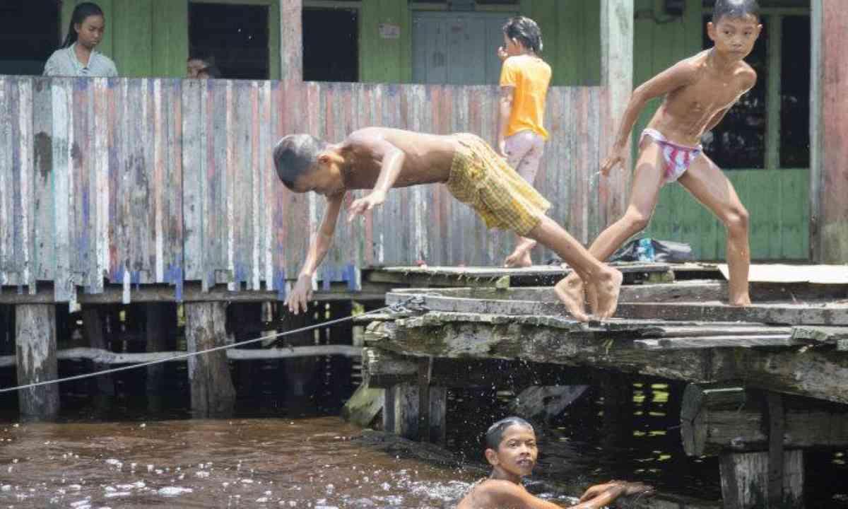 Local kids playing in Katimpun (Mauro Cagol)