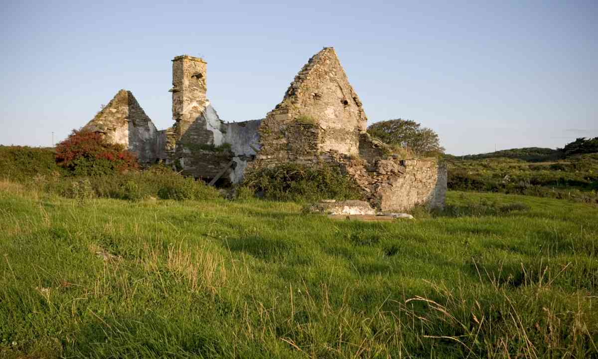 Ruined cottage on Sherkin (Shutterstock.com)