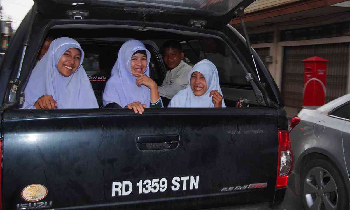 Muslim girls in Satun (Liz Cleere)