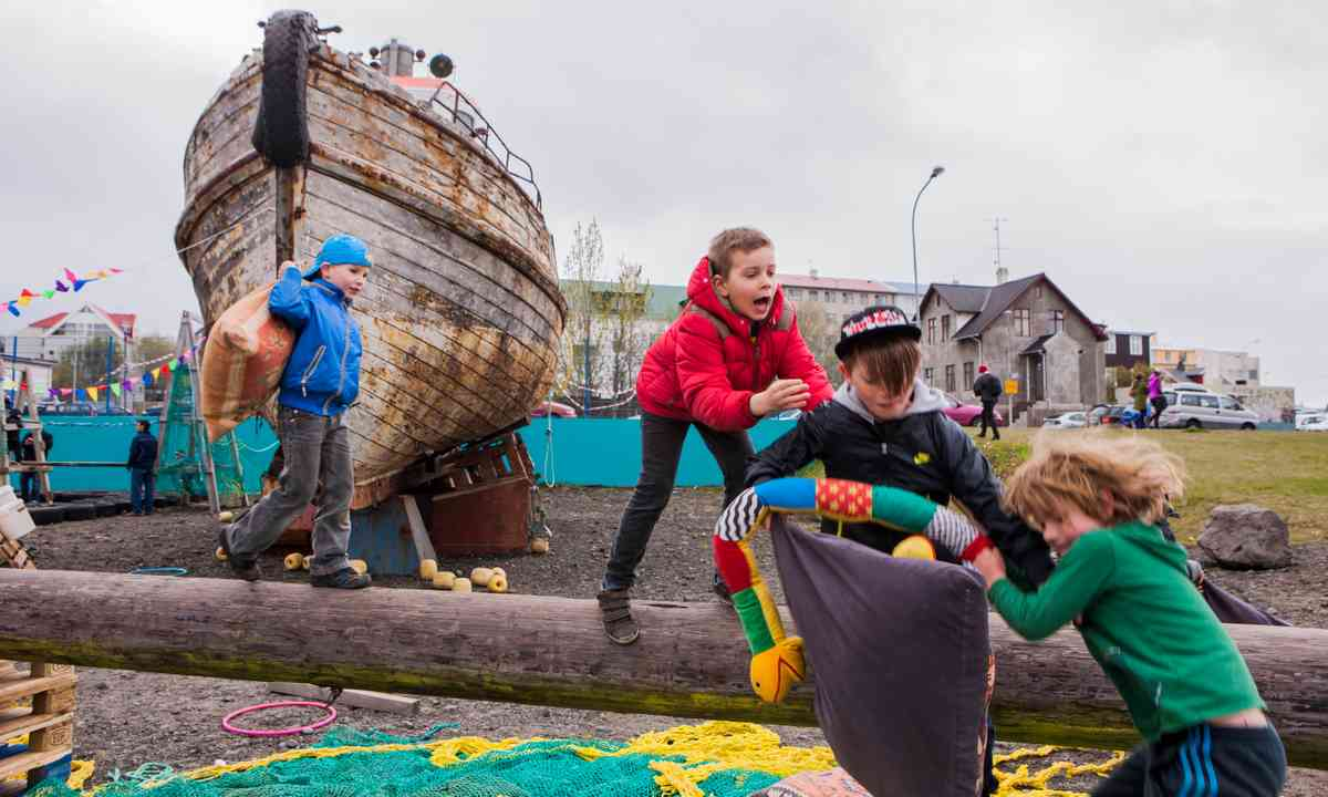 Icelandic kids walking the plank (hatidhafsins.is)
